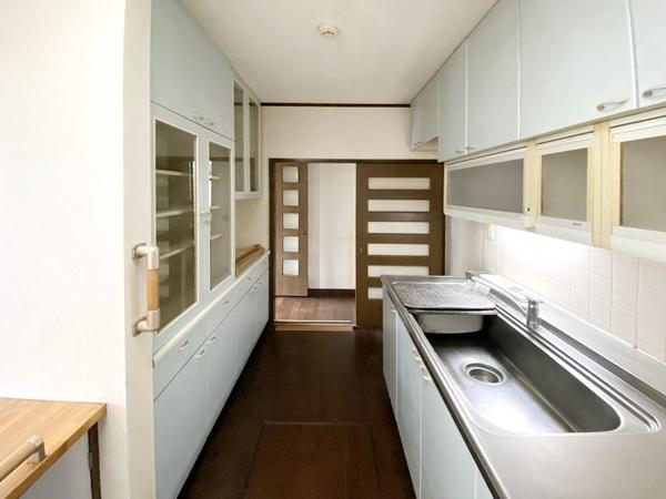 キッチンに床下収納付き。