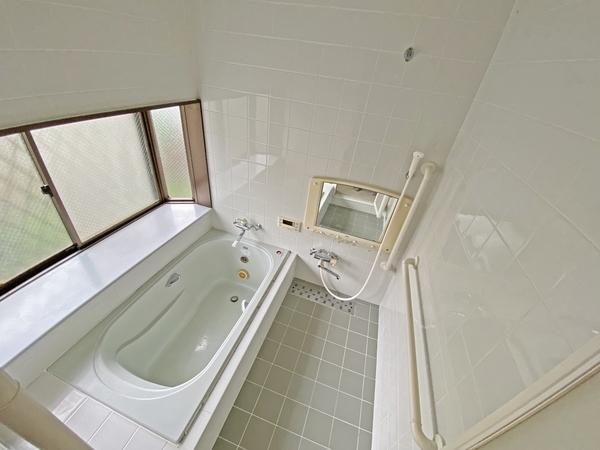大きな窓のある明るい浴室。