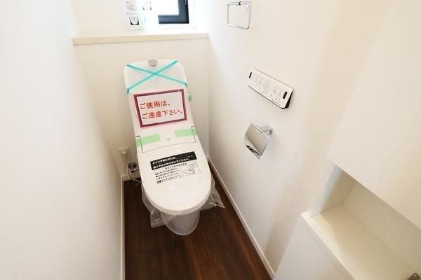 便利な収納棚が付いたトイレになっています