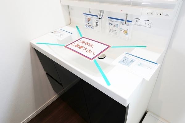 大きな鏡と洗面器で作業がしやすいです!