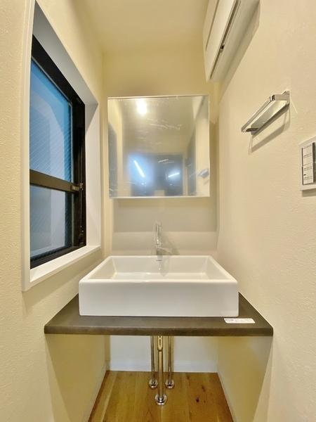 おしゃれな洗面台に窓付きの洗面室