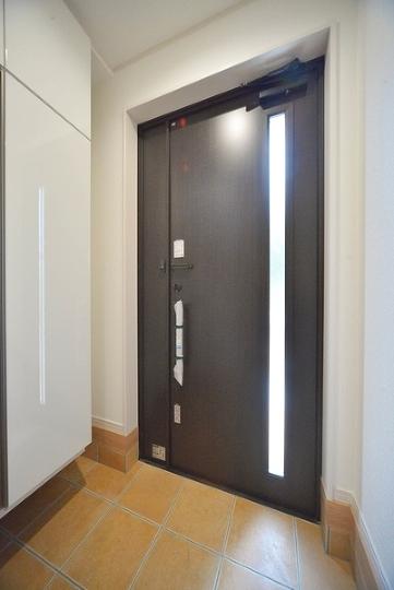 優しい光に導かれる玄関です。