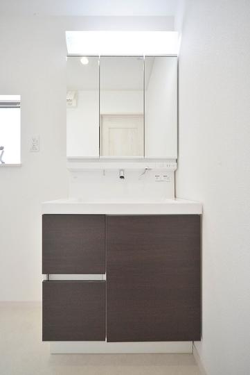 洗面所にも収納スペースあります!