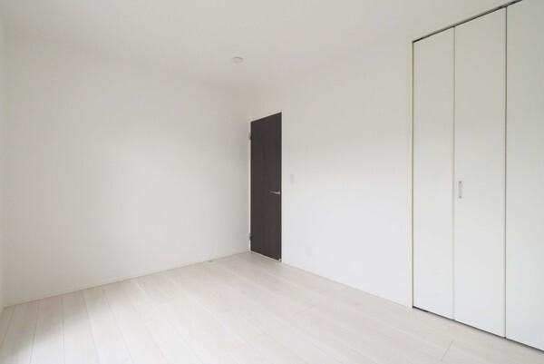 白を基調とした窓が多くて明るい空間!