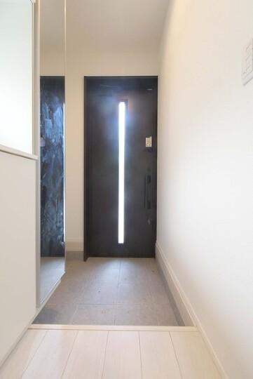優しい光に導かれる玄関です。防犯設備充実