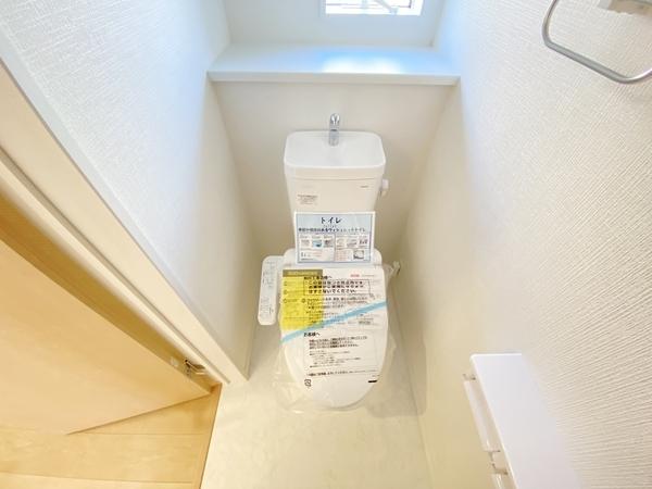 小窓付で清潔感溢れるトイレになっています