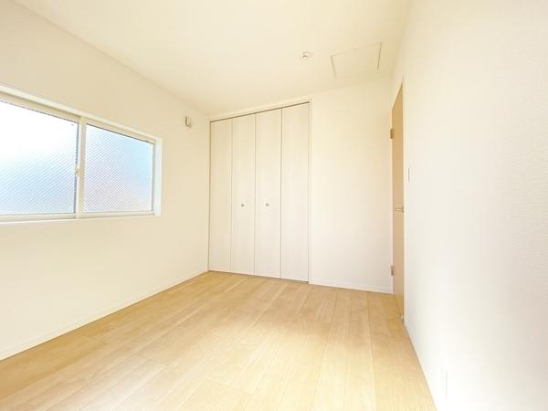 白い壁がより明るい空間にしています。