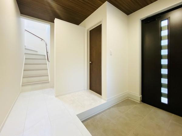 広々とした玄関は大勢の来客にも対応可。