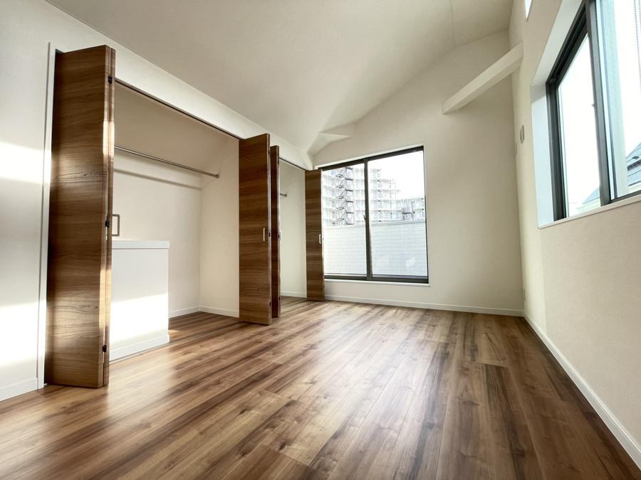 彩光をふんだんに取り入れた明るい居室です。気の利いた窓の高さが明るい印象を受けますね。