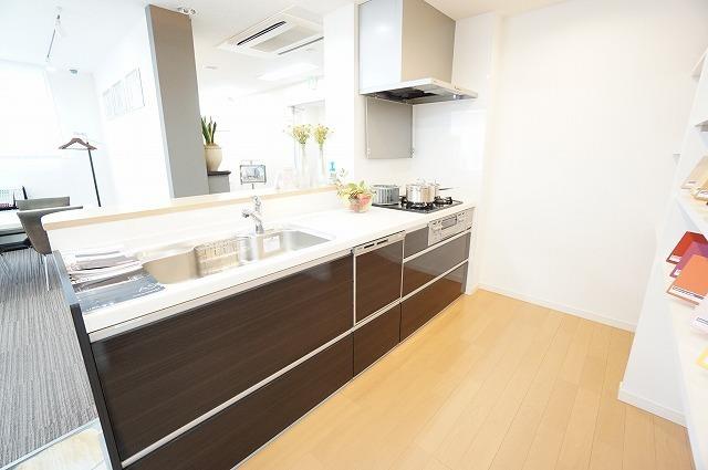 【システムキッチン】 シンプルで洗練されたデザインのシステムキッチンは機能も充実。(食器洗洗浄機能付) 【ショールーム写真】ショールームにて現物を手に取って御覧頂けます。