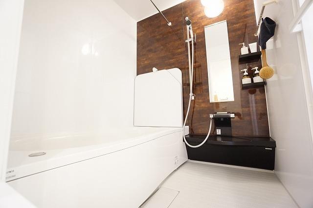 【バスルーム】 一日の疲れを癒すお風呂は断熱浴槽を使っているのでお湯が冷めにくく、追い炊き機能もあるので長く入れます。 【ショールーム写真】ショールームにて現物を手に取って御覧頂けます。
