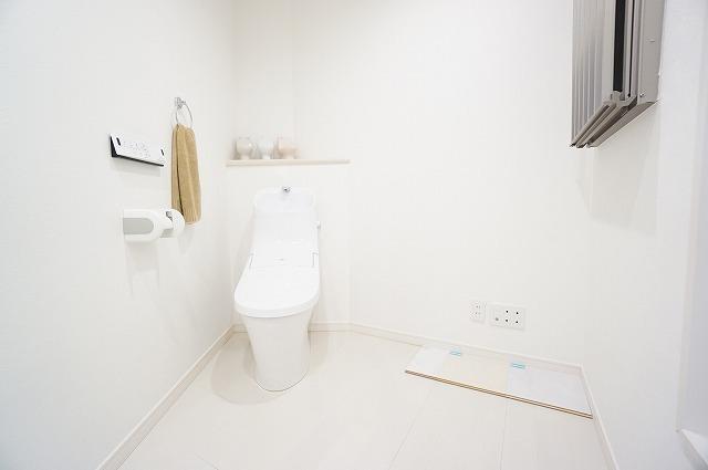 【シャワートイレ】 新素材により、気になる便座裏の汚れもサッとひと拭き、つぎ目もないからお掃除ラクラク 【ショールーム写真】ショールームにて現物を手に取って御覧頂けます。