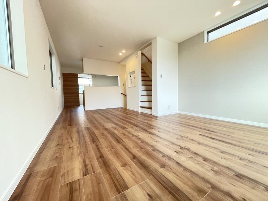 足元から部屋全体を暖めるガス式温水床暖房は床面温度が比較的均一に暖めます。温度差によって放熱するので放熱量は小さく低温やけどの心配も少なく優しい暖房です