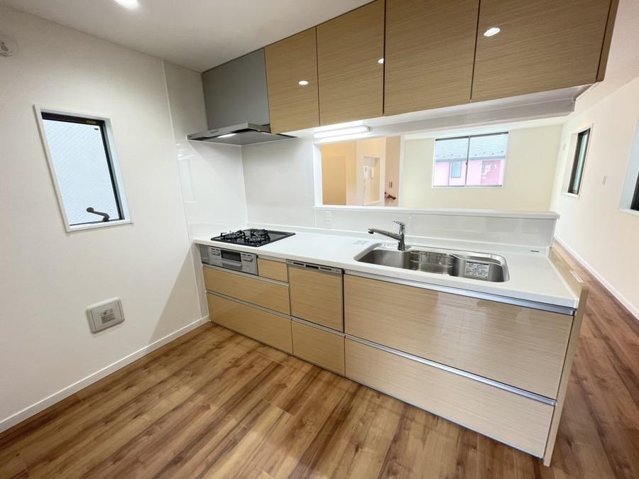対面キッチンを採用したリビングは明るく開放感を主として設計されています。一日の中で一番長く家族が集まる場所だから機能性と利便性を重視しております。
