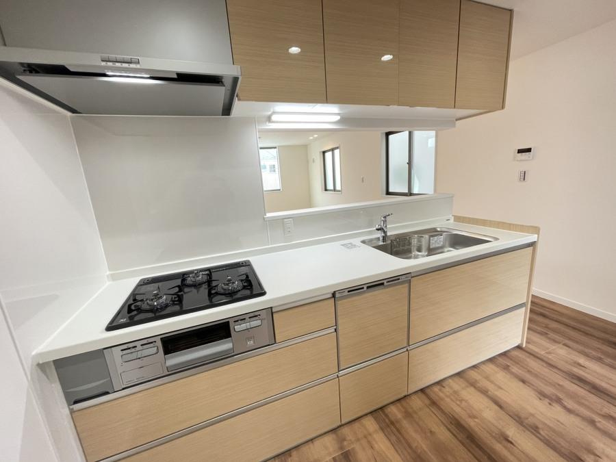 家族が寛ぐリビングを見渡せるオープンキッチンは家事をしながらでも家族とのつながりを感じられます。