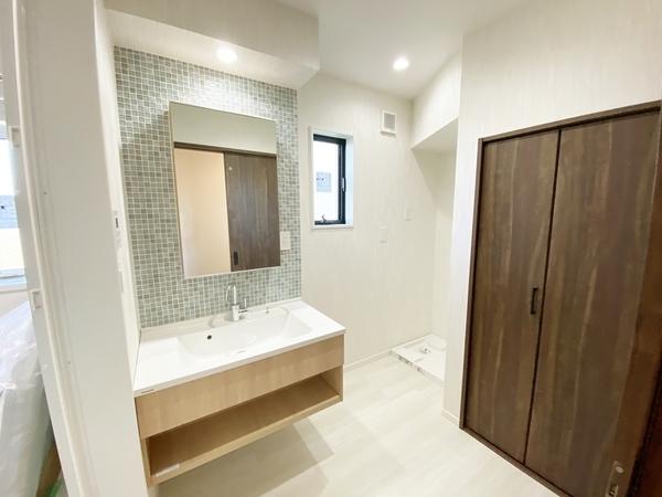 タイル調の壁が魅力的な洗面台です。