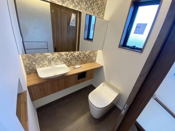 大きな鏡とトイレ内の手洗い場で清潔感あり