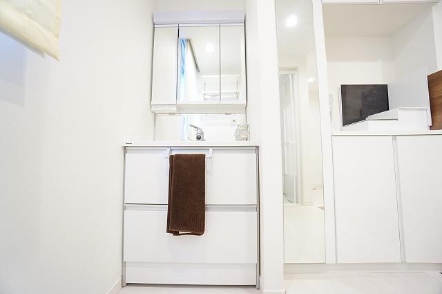 【洗面化粧台】 洗面台は吸水コーティング加工でくもり止めヒーター不要。 【ショールーム写真】ショールームにて現物を手に取って御覧頂けます。