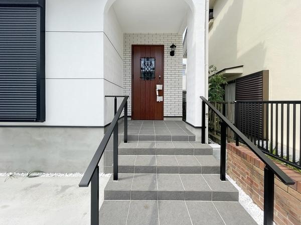 手摺がついた玄関前階段は段差が緩やか!