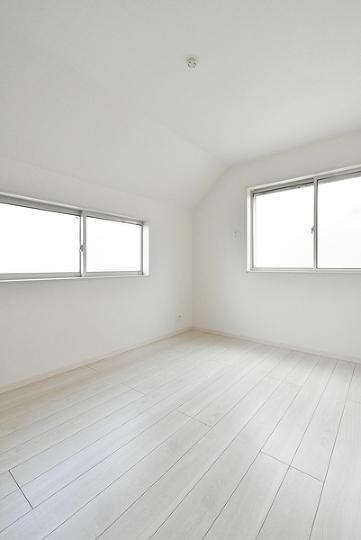 窓からたっぷりと陽光が入って来る空間。