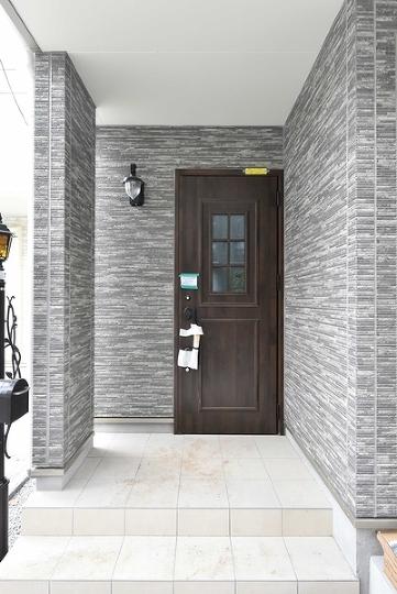 来訪者が自然と笑顔になる玄関。