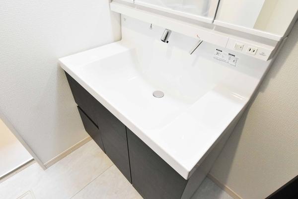 大きな鏡が特徴的な洗面台です。