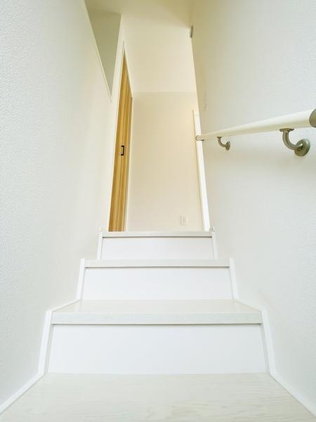 手すり付の階段です!荷物が多くても安心!