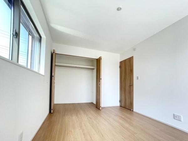 白い壁がより明るい空間を演出しています。