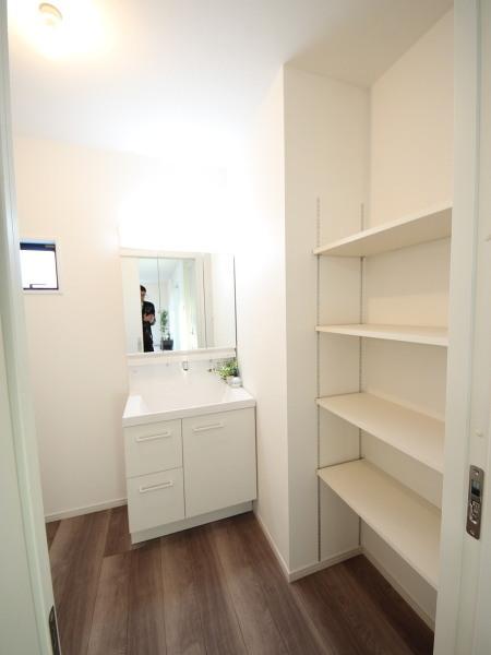 2号棟 洗面化粧台 リネン庫もついて収納がたくさんできます。