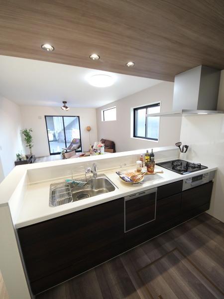 2号棟のキッチン。食洗器付きで大変便利。オープンキッチンでキッチンの天井が少しだけ下がっていておしゃれです。
