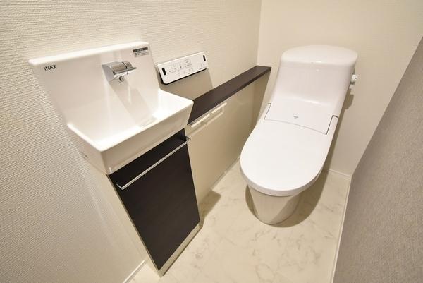 手洗い場がついた少し広めなトイレ!