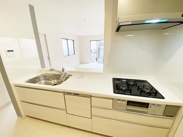 キッチンは食洗器、浄水器付混合栓、L字型レンジフードをチョイスしております。