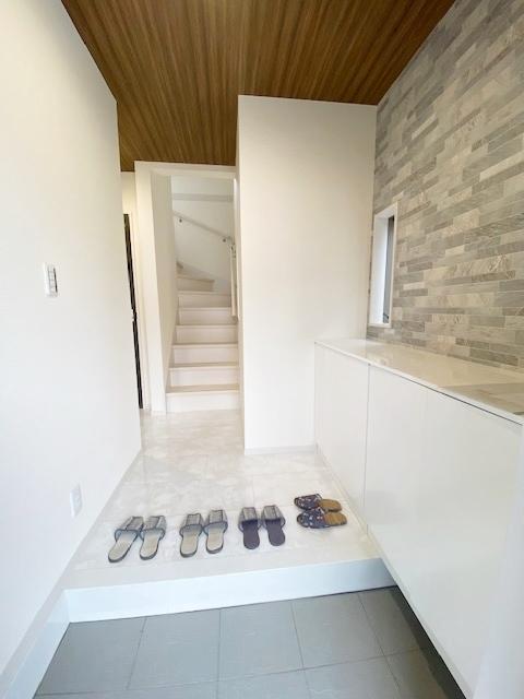 お洒落な玄関(玄関シューズBOX完備)。  玄関周りがすっきりするのでお客様を気持ち良くお出迎えできます。