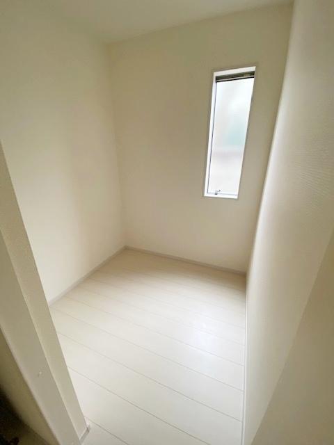 1F とても広い収納スペース。 収納としてだけではなく、ワークスペースとしてもお使い頂けます。