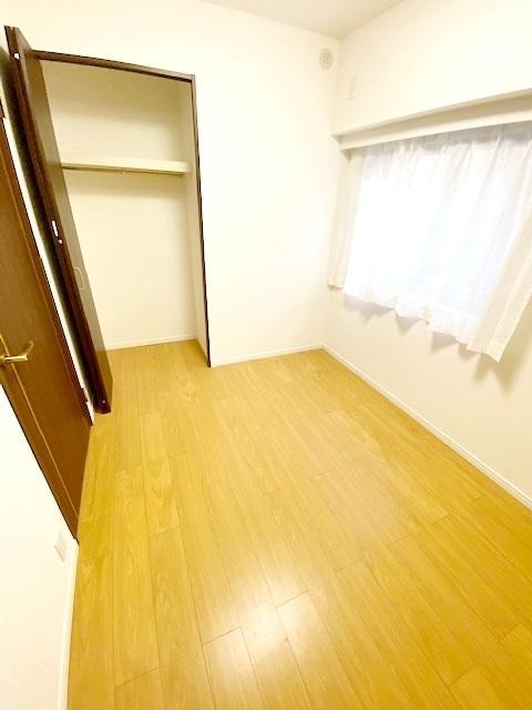 洋室(1)約4帖。 全居室収納設計により、スッキリとした居住空間です。