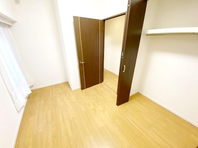洋室(2)約4帖。 たっぷり収納によりスペースを有効的にお使いいただけます。