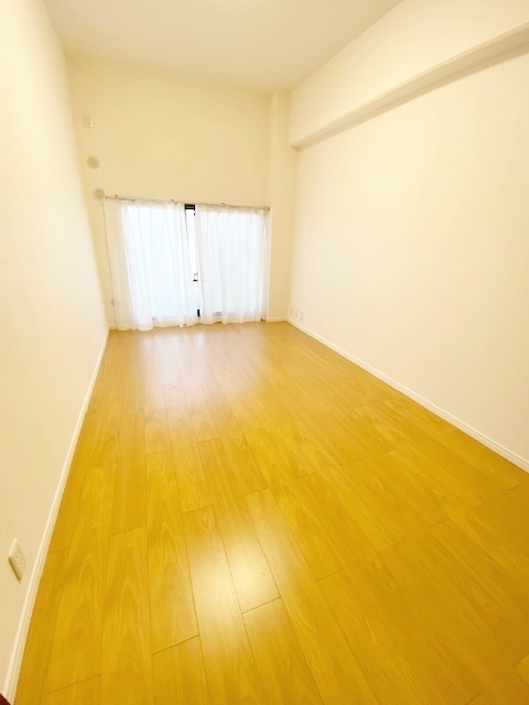 洋室(3)約6帖。 優しい陽射しが射し込むお部屋です。