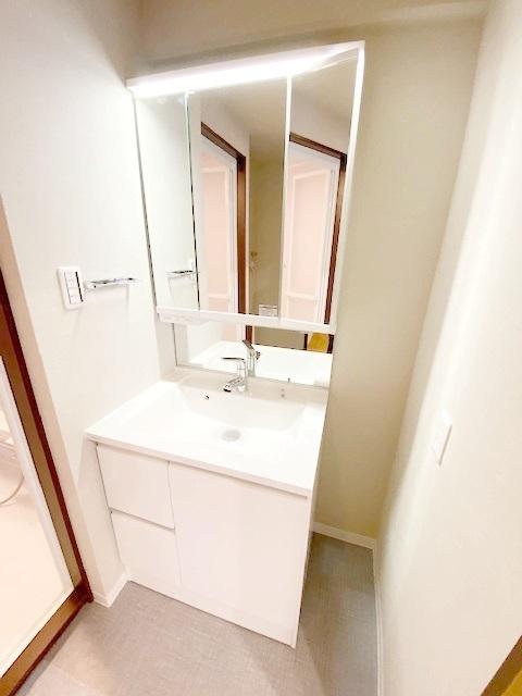 洗面化粧台新規交換。 三面鏡の裏には収納がございます。 家族の歯ブラシや、奥様の化粧水等を整理整頓です。