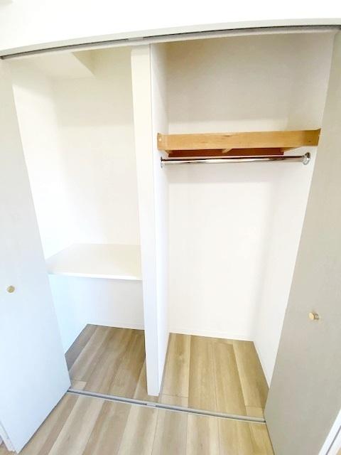 洋室(主寝室) 約6.3帖の収納スペース。