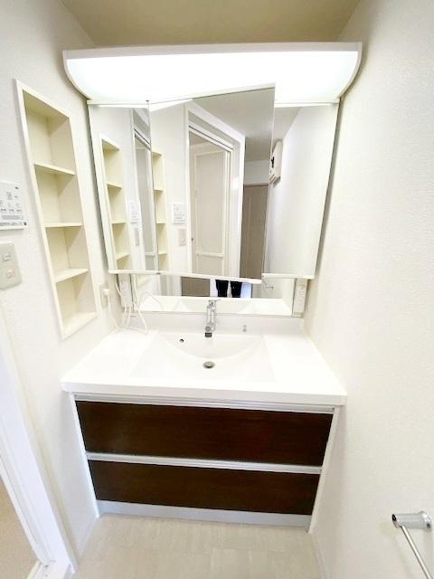 三面鏡の裏には収納がございます。 家族の歯ブラシや、奥様の化粧水等を整理整頓できます。
