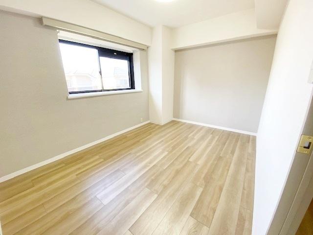 洋室(主寝室) 約6.3帖。 優しい光が射し込むお部屋です。