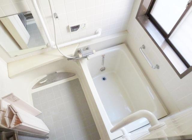 一日の疲れを癒すバスタイム… 採光や換気にも優れた窓付の浴室。 一戸建ならではの贅沢です。