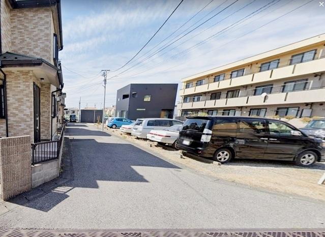 前面は駐車場になっており、開放感のある立地です。