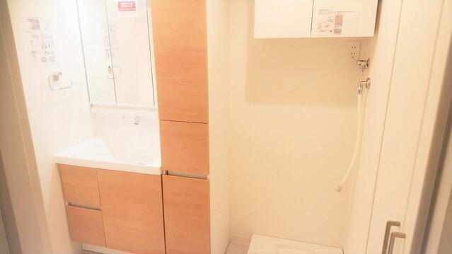 シャワー機能付の洗面台完備。 朝の忙しい時間帯など重宝します。 脱衣所には洗濯機を配置しても充分な広さを確保致しました。