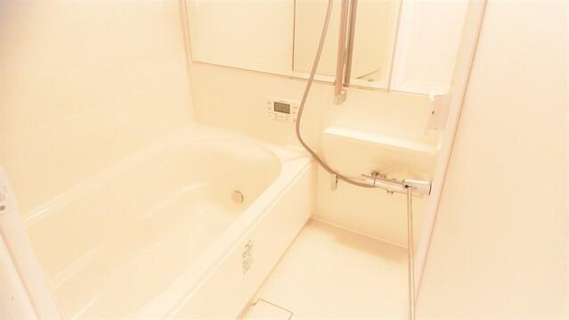 広々としたユニットバス。 快適なバスタイムをお過ごしになれます。 お洗濯を一晩で乾かせる、浴室乾燥機搭載です。