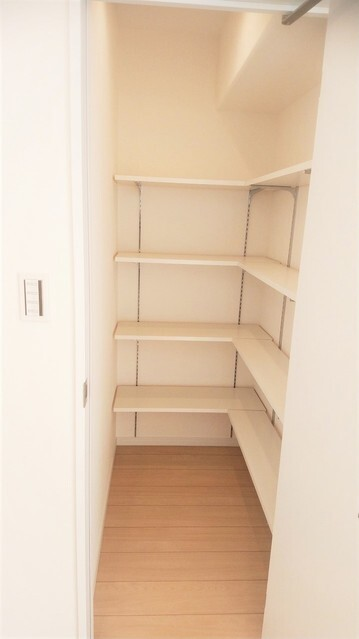 食器や食品類を蓄えるキッチン脇の収納。 お米やお水、食器などの重いものは下部に、軽い食材は上部に。 お料理本や雑誌、お弁当箱や水筒の収納などなど。 工夫次第で様々な用途にご利用頂けます。