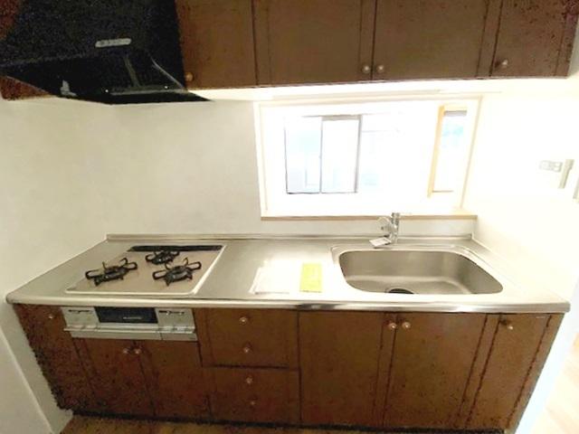 オープンタイプの対面式キッチンで、ご家族との会話も弾みます。 お料理中の熱がこもりにくく、照明をリビングと共有出来るのも人気のポイントです。