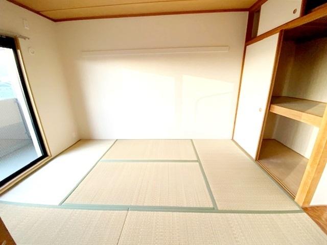 和室6帖。 「続き間の和室」は子育て世代にこそ適しています。お子様のお昼寝スペースや、洗濯物をたたむのに便利です。客間やリビングの延長としても使えます。