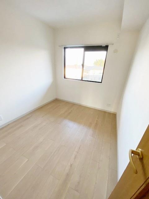 洋室 約4.5帖。 南東向きの明るいお部屋です。