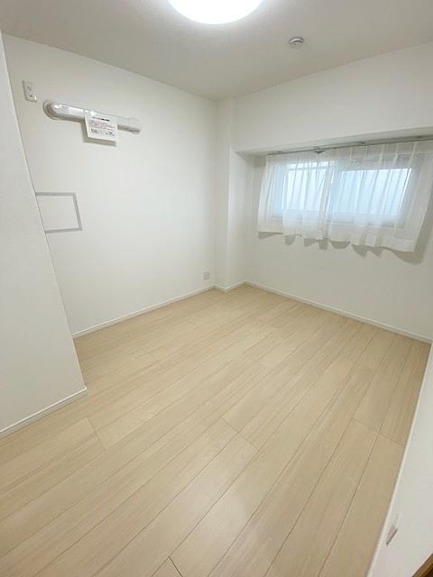 廊下側の洋室5.3帖です。